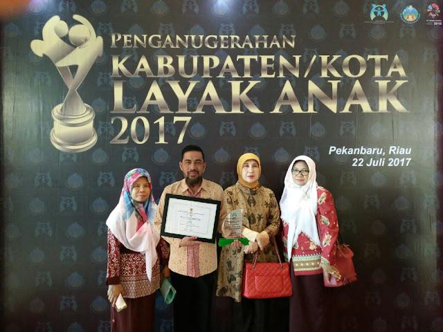H. Iskandar Terima Penghargaan Percepatan Pemberian Akta Kelahiran Gratis