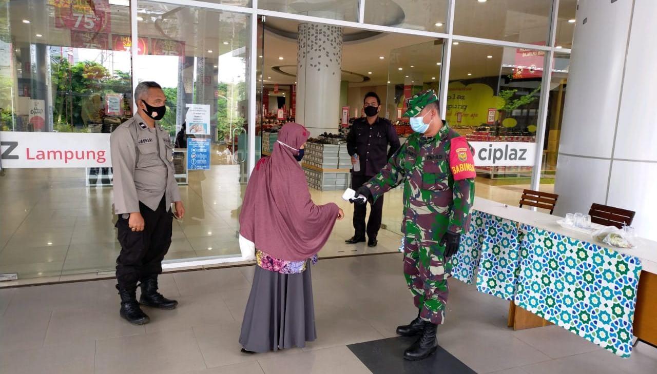 Babinsa Koramil 410-06Kedaton Kodim 0410KBL Peltu Joko Pandoyo, terapkan Protokol Kesehatan di Mall Ramayana Ciplaz