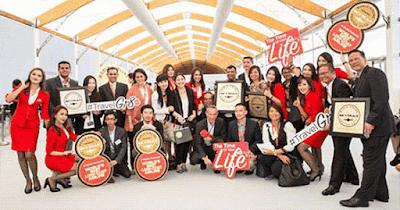 Pimpinan dan Staf AirAsia Berpose Setelah Pemberian Penghargaan