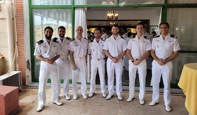 Pablo y el resto del equipo con sus distintivos (P. Blanco).