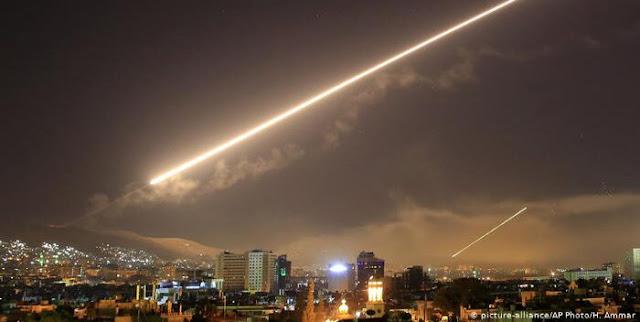 En la noche de este miércoles se conoció que Israel bombardea Damasco, Siria y confirman algunos impactos en tierra.  Por su parte, la defensa aérea de Siria repelió este jueves un ataque con misiles de Israel en el área de Dumeir, en la provincia de Damasco, según informó la agencia SANA.  La noticia llega poco después de que las Fuerzas de Defensa de Israel (FDI) anunciaran que se activaron las sirenas en el distrito de Abu Qrenat, en el sur de país hebreo, sin proporcionar más detalles. En esta área se encuentra el reactor nuclear Dimona.  Las sirenas generalmente se activan en medio de un ataque con misiles, indica Reuters, agregando que un reportero de la agencia en la zona escuchó el sonido de una explosión minutos antes del anuncio de las FDI.