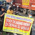Puluhan Warga Gelar Aksi Damai Protes Truk Parkir Sembarangan Didepan SD Bener, Padahal Jelas Terdapat Rambu Larangan