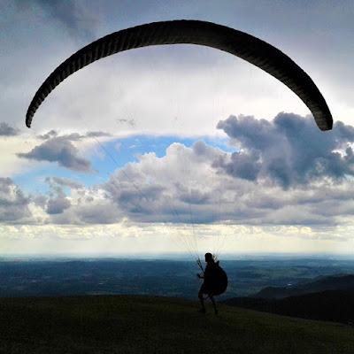 Como o clima estava instável naquele dia, poucos esportistas estavam no Pico do Gavião, que tem uma plataforma de salto para Asas Deltas e de onde praticantes de Paraglider e Parapente também alçam voos. Tentei registrar uma decolagem, mas o sujeito se virou para mim, cancelando a partida.
