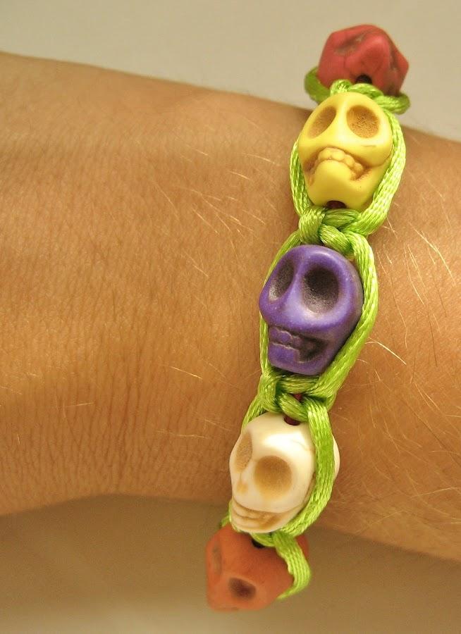 Pulsera de calaveras y macramé. Skulls bracelet.