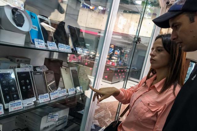 El dólar le gana cada vez más espacios al bolívar en Venezuela