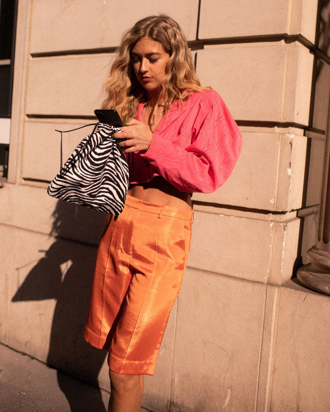 Emili Sindlev a fashionista que se veste como a Carrie Bradshaw