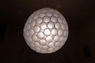 Fatto in casa lampadario con bicchieri di plastica for Arredamento fai da te riciclo