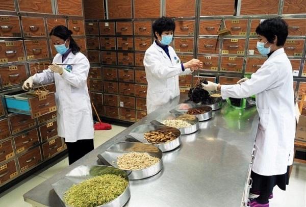 TRUNG QUỐC | Người dân tự tìm thuốc HIV để chống virus corona