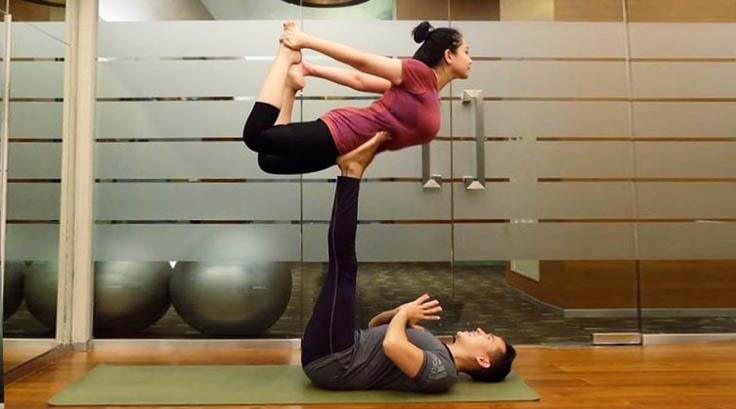 artis suka seklai latiha yoga manis Acroyoga