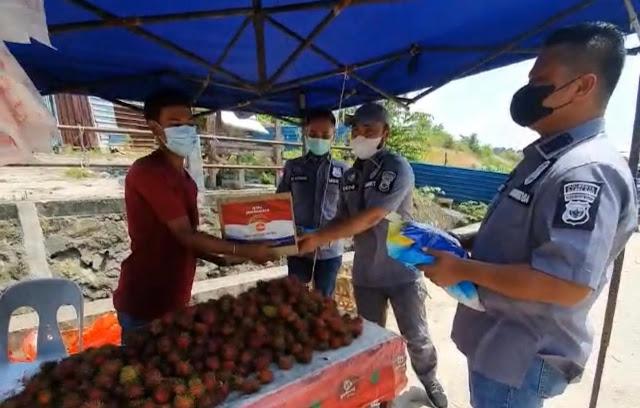 Satresnarkoba Polresta Barelang Berikan Bantuan Paket Sembako Kepada Pedagang Yang Terdampak PPKM Darurat