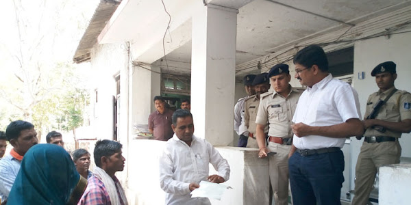 पुलिस अधीक्षक को उचित कार्यवाही के लिये ग्रामीणों ने दिया आवेदन