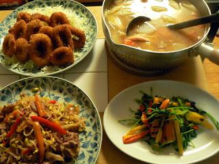 今日の夕食 サーモン汁 豚モヤシ炒め イカリング 豆苗炒め