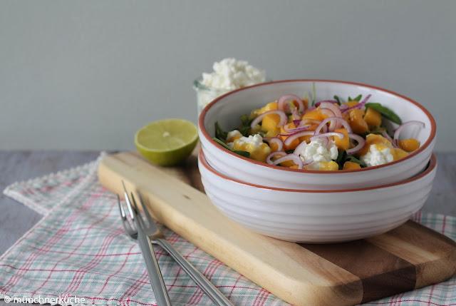 Leichter Salat mit Mangodressing und Ruccola.