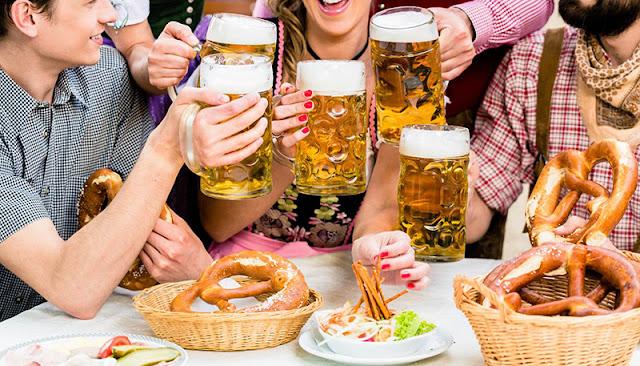 Trajes típicos da Oktoberfest da Alemanha