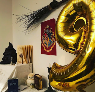 vu d'ensemble du buffet d'anniversaire Harry Potter