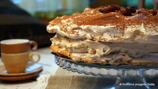 Bezowy tort dacquoise z daktylami