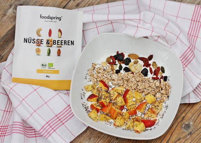 food-diary-foodspring-nuesse-beeren-magerquark-chiasamen