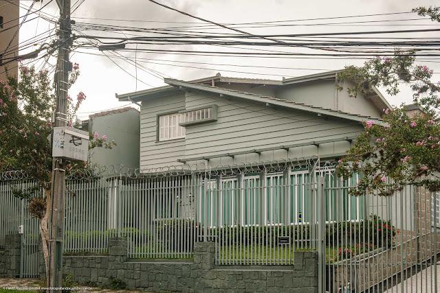 Casa modernista pintada de verde