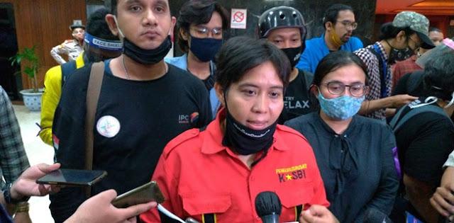 Sejumlah perwakilan massa dari Gerakan Buruh Bersama Rakyat (Gebrak) selesai menemui pimpinan DPR RI dan Badan Legislasi (Baleg) di Gedung Nusantara III, Komplek Parlemen, Senayan, Jakarta, Kamis (16/7).