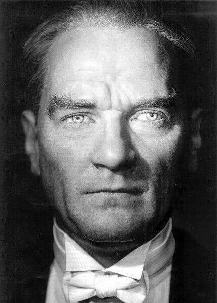 Atatürk siyah beyaz resim, Ataturk resım hizli, resim yükle, indir, hızlı resim url, yükle, Atatürk telefon duvar kagıdı indir, profil resimi, Ataturk resimleri ,Ataturk fotograflari  Atatürk-siyah-beyaz-resim-Ataturk-resım-hizli-resim-yükle-indir-hızlı resim-url-yükle-Atatürk-telefon-duvar-kagıdı-indir-profil-resimi-Ataturk-resimleri-Ataturk-fotograflari  Türkiyyenin  tarihi liderlerinden biri de Mustafa Kemal Atatürkdür. Türk halkı  Atatürkü kendi kahramanı ve lideri larak gördüğü için belkide  Türkiyyede  en çok sevilen bir tarihi şahısdır. Bu günkü yayınımızda Atatürkün siyah beyaz resimlerini size takdim edeceğiz. İsteyen telefonuna indirerek telefon duvar kağıdı olarak kullana bilir ve ya instagram ve facebook profillerinde paylaşa bilirler. Hızlı resim indirmenin bize  sağladığı imkanlardan yararlanarak Atatürkün siyah beyaz resimlerini hd olarak ücretsiz indire bilirsiniz. Resimin üzerine basılı tutarak açılan pencerede resmi indir yazısına tıklayarak fotoğrafları indire bilirsiniz     ATATÜRK'ÜN HAYATI KISACA Mustafa Kemal Atatürk 1881 yılında Selanik'te doğdu. Ali Rıza Efendi babası,  Zübeyde Hanım ise annesidir. Mustafa Kemal Atatürk'ün eğitim aldığı okullar baştan sona  şöyledir; ilkokul eğitimini Mahalle Mektebinde ve Şemsi Efendi Okulunda, ortaokul eğitimini  Selanik Mülkiye Rüştiyesi ve Selanik Askeri Rüştiyesinde, lise eğitimini Selanik Askeri  İdadisi, üniversite eğitimini ise Harp Okulu ve Harp Akademisinde almıştır. 1893 yılında  Askeri Rüştiye'de okurken matematik öğretmeni ona Kemal ismini verdi ve böylece ismi  Mustafa Kemal oldu.  I. Dünya Savaşı nihayete erdiğinde Mondros Ateşkes antlaşması imzalanması ile vatan  topraklarını paylaşılacaktı. Fakat duruma el koyan Mustafa Kemal, 19 Mayıs 1919'da  Samsun'a çıkarak milli mücadelenin temellerini attı.23 Nisan 1920 tarihinde TBMM'nin  açılmasına önder olan Mustafa Kemal Meclis tarafından da Hükümet Başkanı seçildi. 5  Ağustos 1921'de yine Meclis tarafından Başkomutan seçildi. Sakarya Savaşı'nın  k