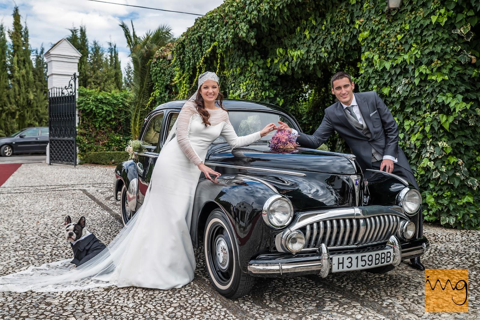 Fotografía de boda en Granada, Pose en el coche