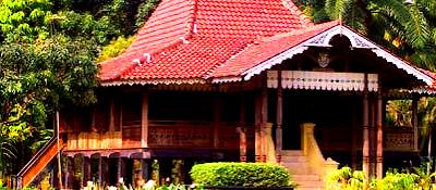 Nama rumah adat daerah Bengkulu adalah Rumah Rakyat, terdiri 3 kamar yaitu : Kamar orang tua, Kamar gadis dan Kamar bujang. Kolong bawahnya untuk menyimpan kayu dapur dan barang lainnya.