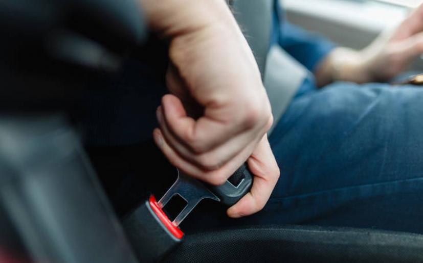 Δύο λόγοι που πρέπει ο επιβάτης να φορά ζώνη ασφαλείας και στο πίσω κάθισμα