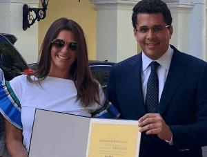 """Bárbara Bermudo fue reconocida por el Alcalde de Santo Domingo David Collado como """"Huésped Distinguida""""."""
