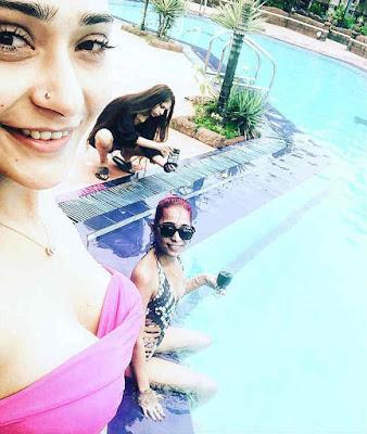 Sara Khan dan teman-temannya di kolam renang