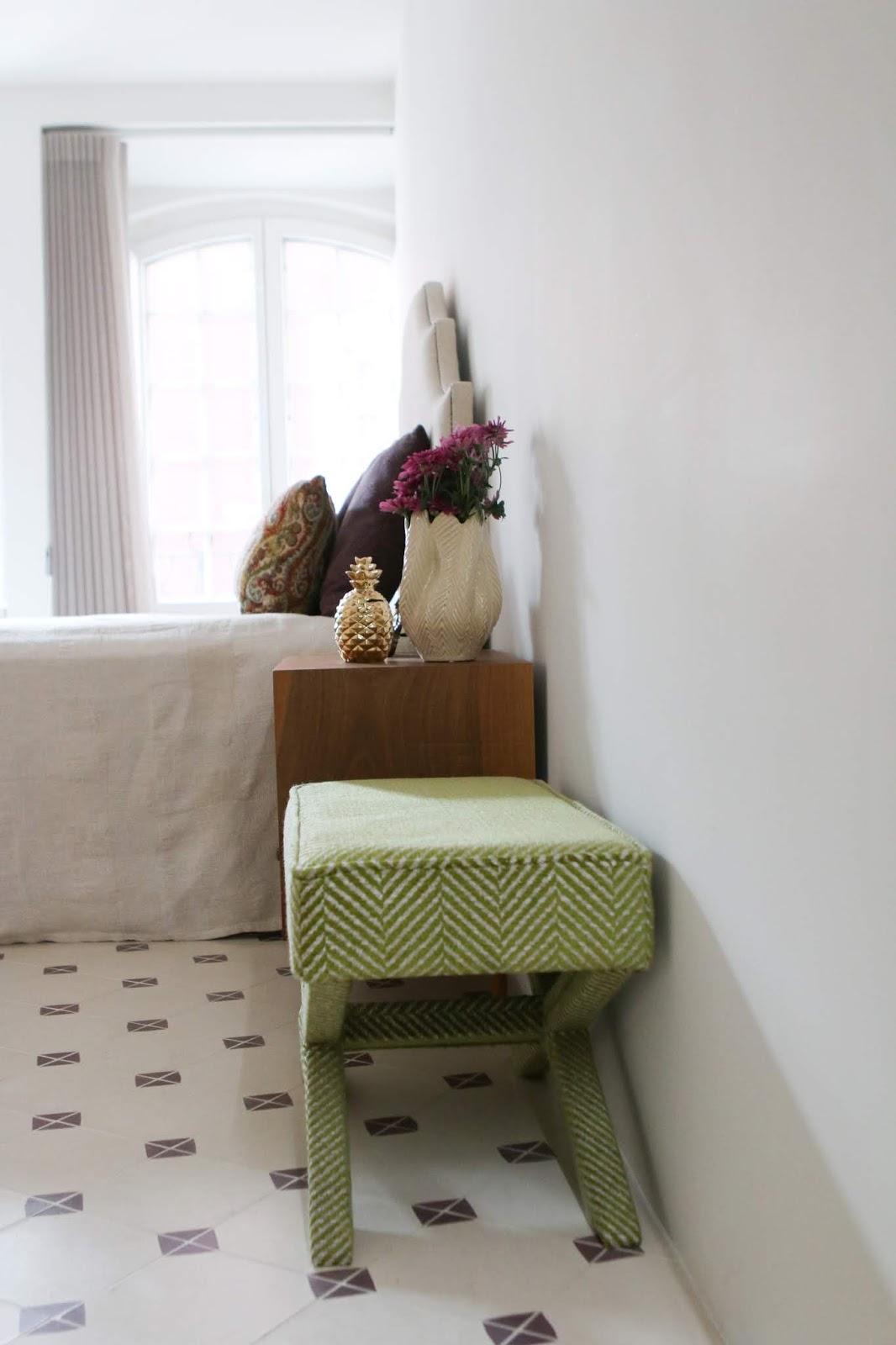 almofadas com padrão e textura decoradora interiores porto banqueta em X zigzag verde