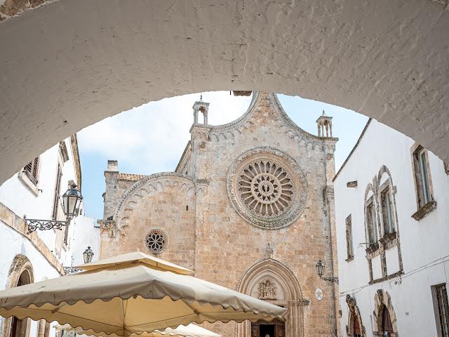 Vista de la catedral de Ostuni desde el arco