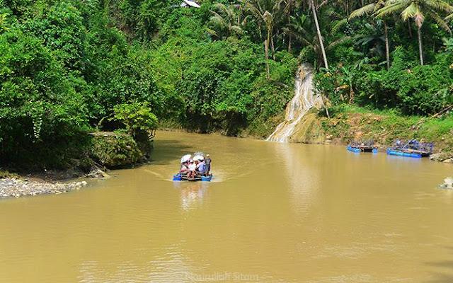 Getek, perahu yang digunakan untk mengantarkan pengunjung ke air terjun
