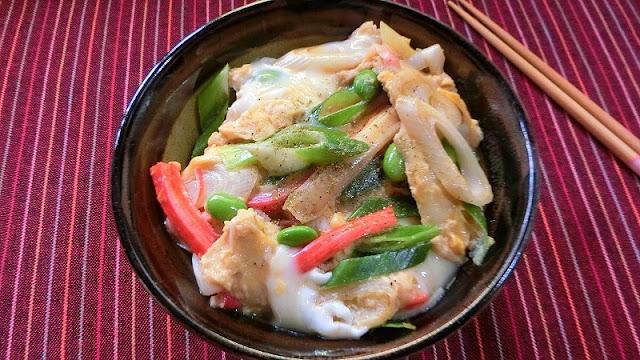 丼にご飯を盛り付け、手順4を流し入れて完成です。お好みで粉山椒を振るうと風味がさらにアップします。