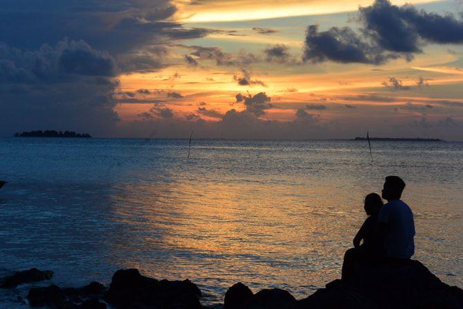 Pasangan sejoli di tepian pantai