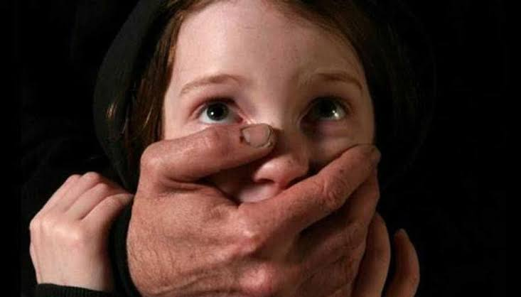 فتاة تصور أطفال وهي تعتدي عليهم جنسيًا