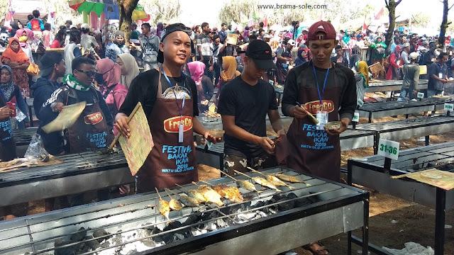 Warga Mengerumuni Peserta Festival Bakar Ikan di Waton Parade 2019