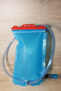 Ein blauer Kunststoffbeutel, von dem ein Schlauch zu einem Mundstück führt
