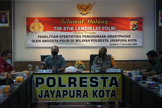 Prasetyo Rachmat Purboyo Gelar Penelitian Efektifitas Penggunaan Smartphone di Polresta Jayapura