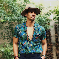 look masculino camisa estampada floral com botões abertos