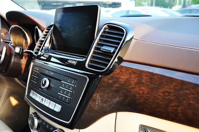 Mercedes GLS 350 d 4MATIC sử dụng Tap lô ốp gỗ, đèn viền nội thất 3 màu