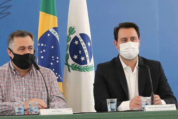 O secretário Beto Preto (Saúde) e o governador Ratinho Junior na apresentação do decreto – Foto: Geraldo Bubniak/AEN