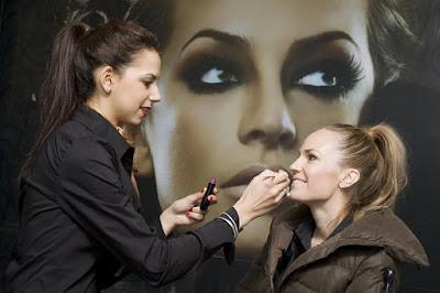 How to make a career in Makeup Artist?   मेकअप आर्टिस्ट में करियर कैसे बनायें?