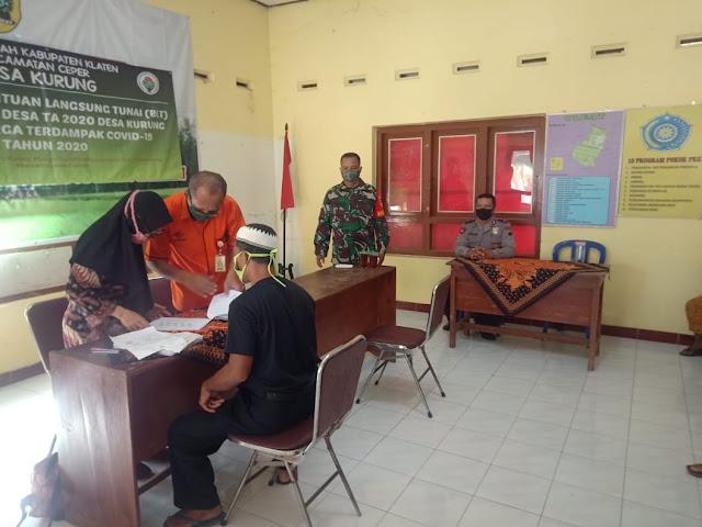 Babinsa Bersama Bhabinkamtibmas Kawal Pendistribusian Bantuan Sosial Tunai