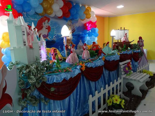Mesa decorada tema Ariel para festa de aniversário infantil