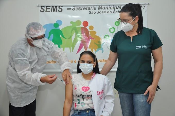 Enfermeira Daniela Simplício é a primeira pessoa a ser vacinada em São José do Sabugi - PB
