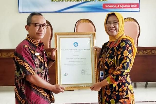 SMPN 2 Pasirian Lumajang Dapat Penghargaan Penggunaan Bahasa Terbaik Se- Jawa Timur
