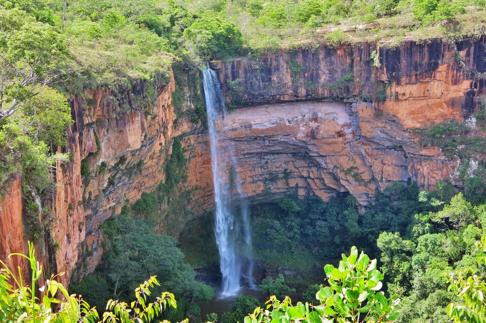 Cachoeira Véu da Noiva, cartão-postal da Chapada dos Guimarães.