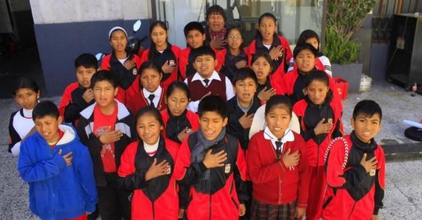 Escolares de Arequipa cantan Himno Nacional en quechua en apoyo de selección peruana de fútbol