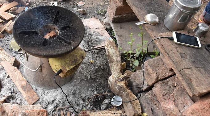 आठवीं पास ने बनाया ऐसा चूल्हा जो चाय भी बनाता है और बिजली भी