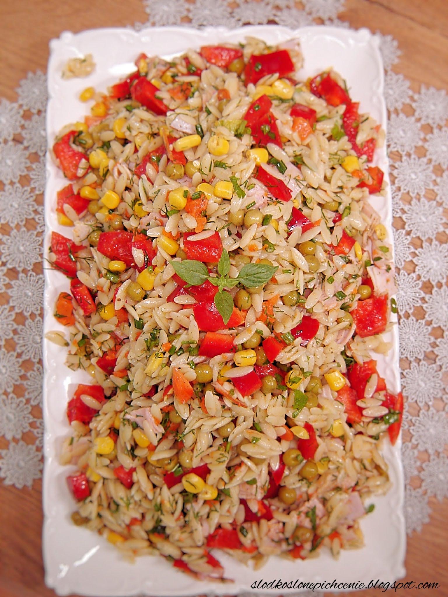 Sałatka makaronowa z szynką, groszkiem i marchewką